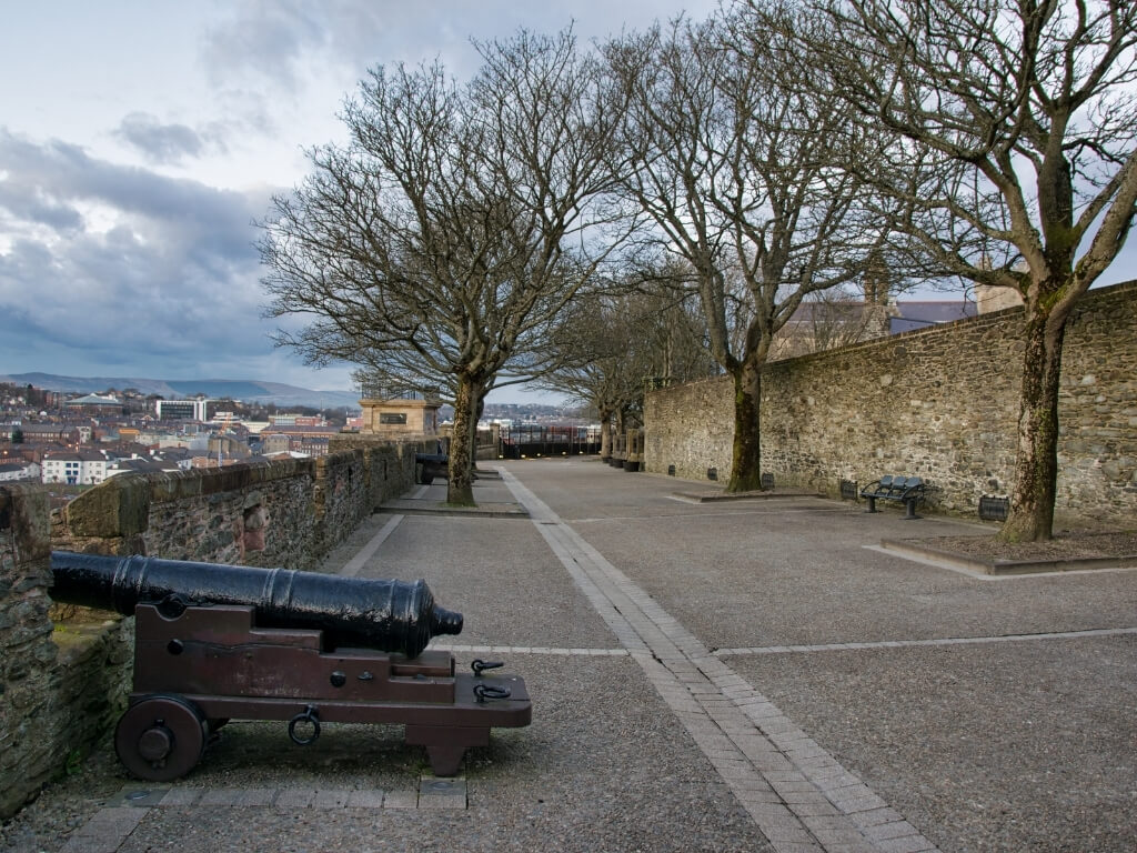 A picture of a cannon between the medieval walls of Derry/Londonderry