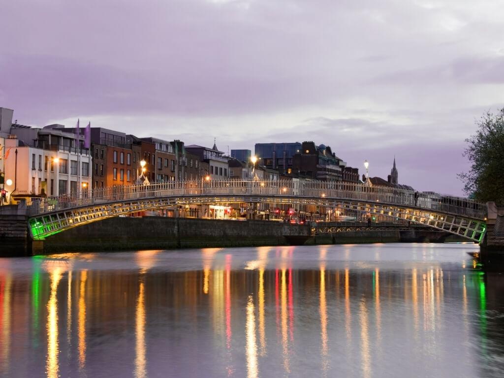 A picture of the Ha'Penny Bridge over the River Liffey in Dublin, Ireland