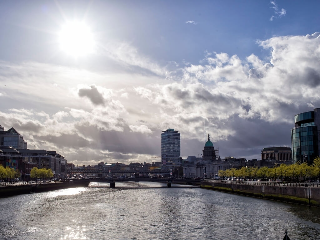 A picture of the sun shining over the River Liffey in Dublin, Ireland