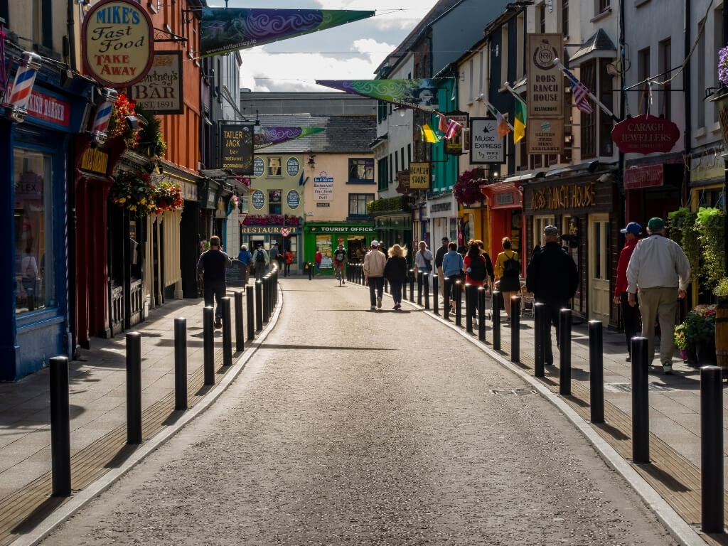 A picture of people walking along the paths of Killarney town in the sunshine