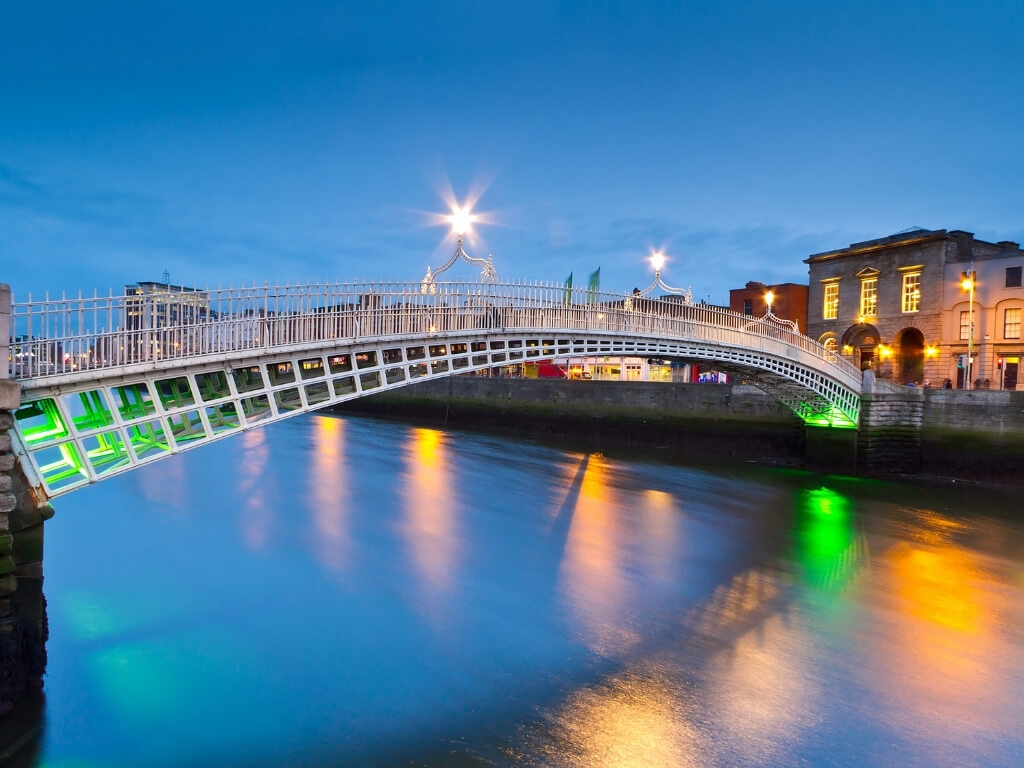 A picture of the Ha'Penny Bridge over the River Liffey in Dublin, Ireland at night