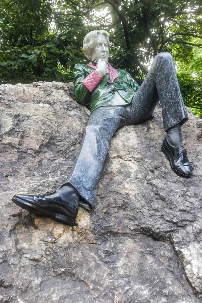 A picture of the Oscar Wilde statue at Merrion Square, Dublin