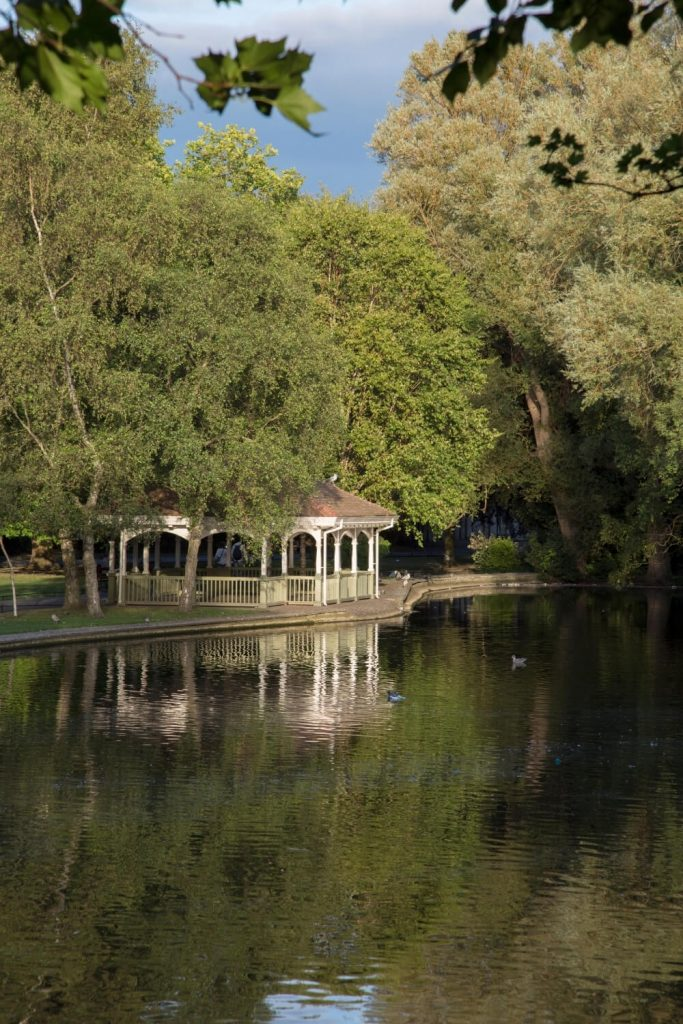 A picture of the lake in St Stephen's Green with the bandstand in the background
