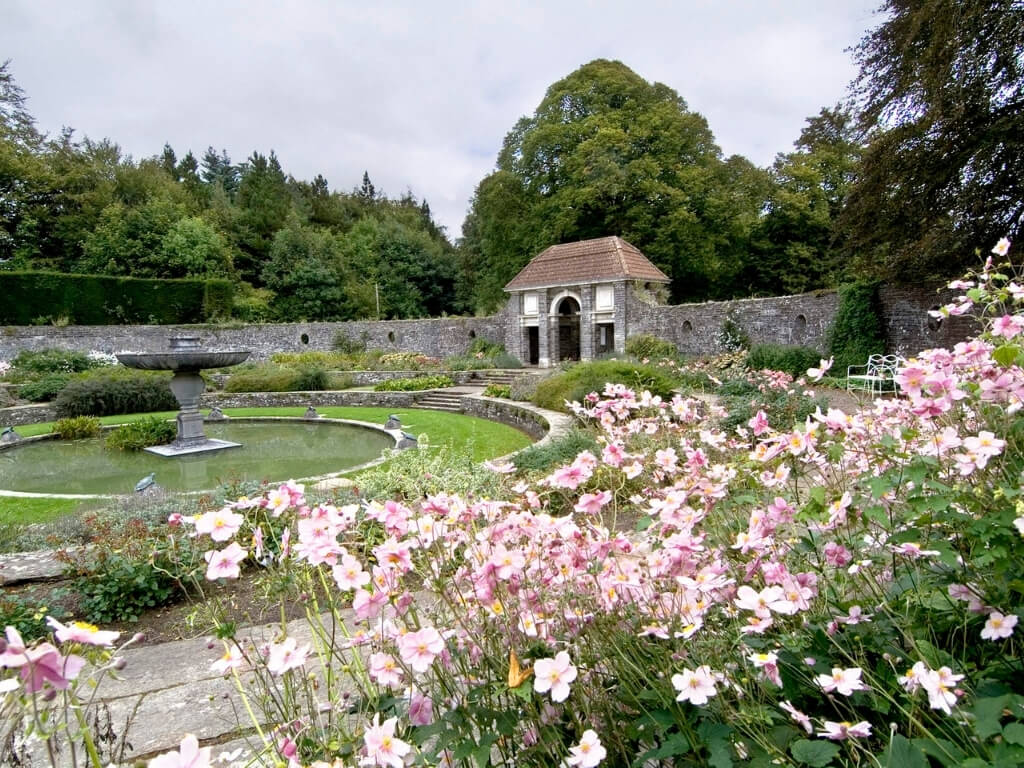 A picture of the main fountain and pool of the Heywood Gardens