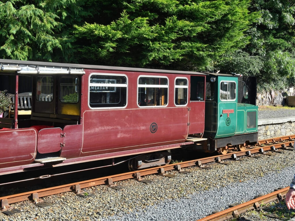 A picture of the locomotive and one carriage of the Waterford Suir Valley Railway
